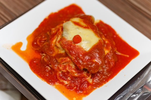 Leckeres parmigiana-gericht mit fleisch und pasta