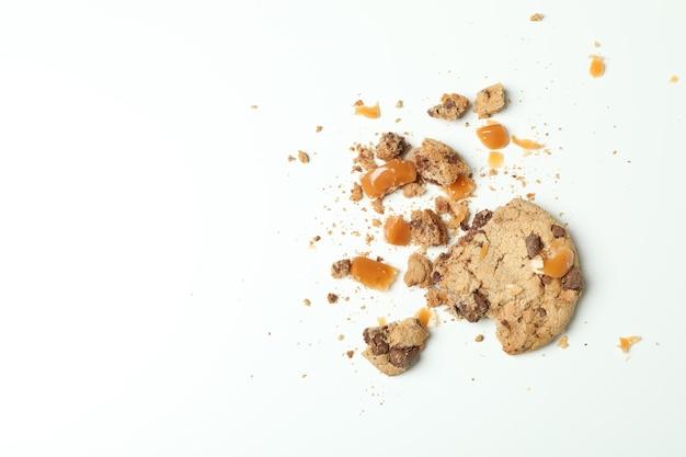 Leckeres plätzchen mit karamell auf weißem hintergrund
