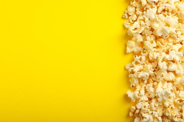 Leckeres popcorn auf gelb.