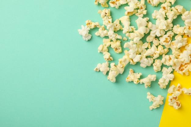 Leckeres popcorn auf zweifarbigem raum. essen zum kino gucken