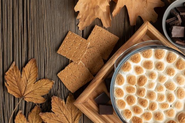 Leckeres s'mores-dessert auf tischgesteck