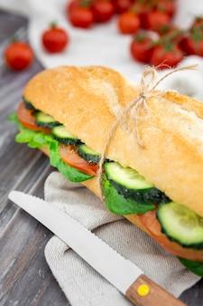 Leckeres sandwich mit gurkenscheiben und tomaten