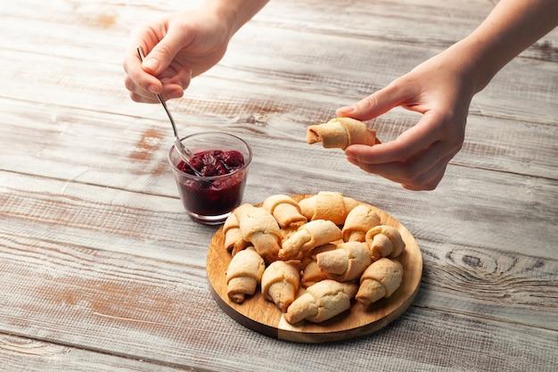Leckeres shortbread-plätzchen mit marmelade in der holzschale