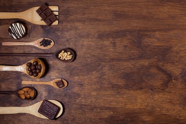 Leckeres snack-sortiment auf löffeln