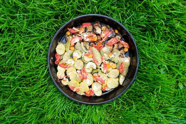Leckeres sommeressen. gebratenes gemüse: zucchini, paprika, karotten und kartoffeln.