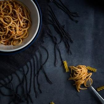 Leckeres spaghetti-rezept auf schüssel