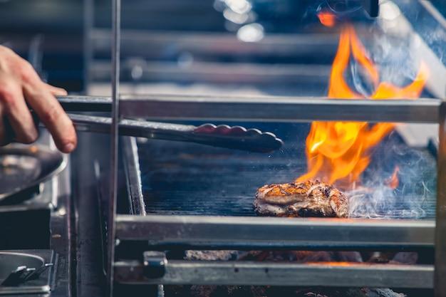 Leckeres steak auf dem grill. speise- und getränkekonzept