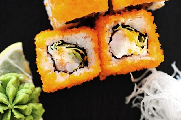 Leckeres sushi auf dem tisch serviert