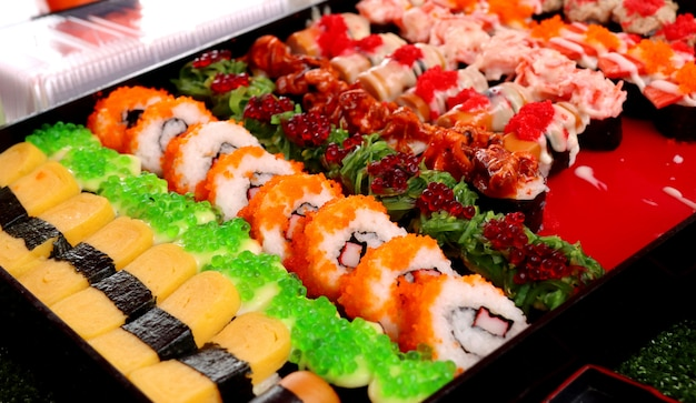 Leckeres sushi auf der straße essen