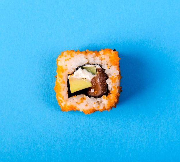 Leckeres sushi auf schwarzem teller
