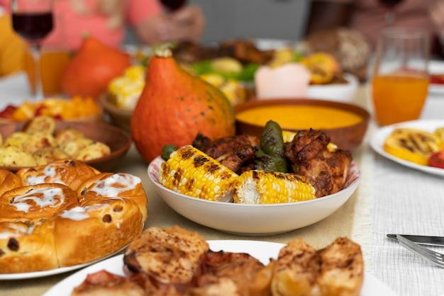 Leckeres thanksgiving day essen auf dem tisch