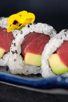 Leckeres thunfisch-avocado-sushi