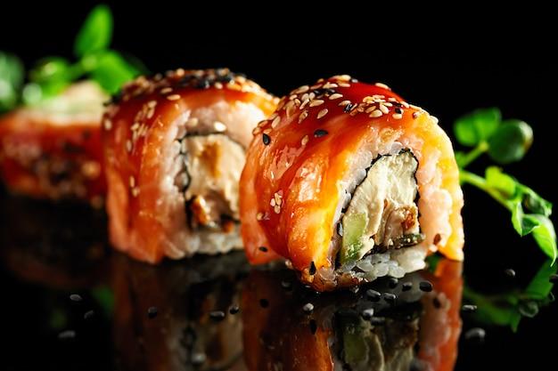 Leckeres traditionelles japanisches essen mit sushi-rollen