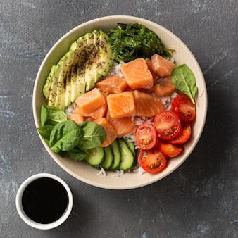 Leckeres und gesundes lebensmittelkonzept bio-sackschale mit lachs, avocado, gemüse und chiasamen