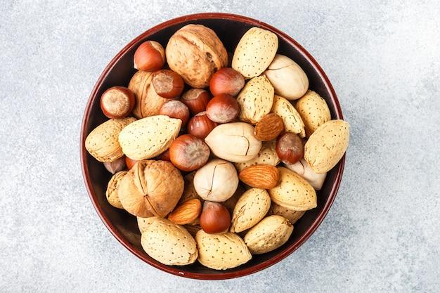 Leckeres und gesundes nusssortiment in den peel-mandeln, haselnüssen, pekannüssen, walnüssen,