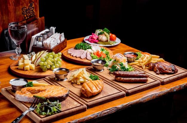 Leckeres und schönes essen auf einem holzbrett