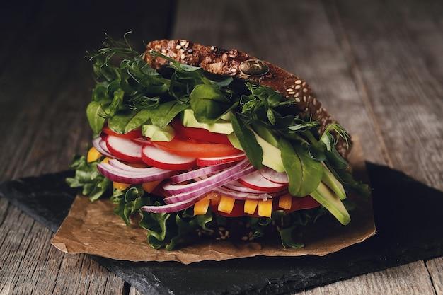 Leckeres veganes sandwich über holztisch