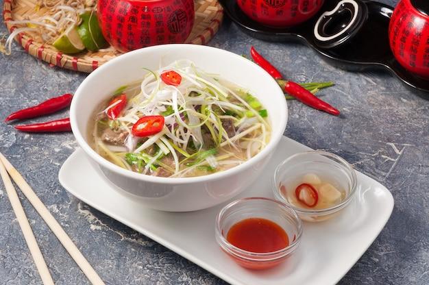 Leckeres vietnamesisches pho bo mit reisnudeln und rindfleisch