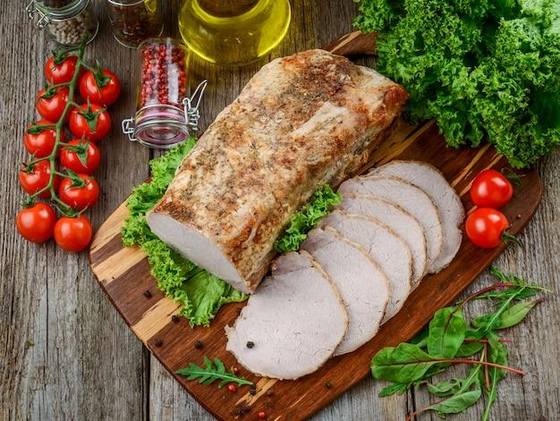 Leckeres würziges fleisch. würziges fleisch mit chili gebacken. stück gebackenes fleisch mit gewürzen und gemüse auf dem tisch.