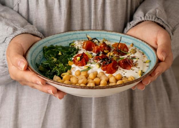Leckeres yougurt-essen mit kichererbsen und getrockneten tomaten