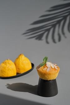 Leckeres zitronenmuffin oder cupcake mit zuckerguss und mandelflocken