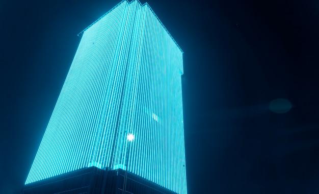 Led-außenmedienfassade, digital signage-bildschirm. außenfassadenbeleuchtung an hohem bürogebäude, led-wandleuchte, architektonische medienbeleuchtung