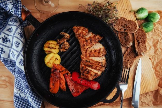 Led gemüse hähnchenfilet. traditionelle küche. gril