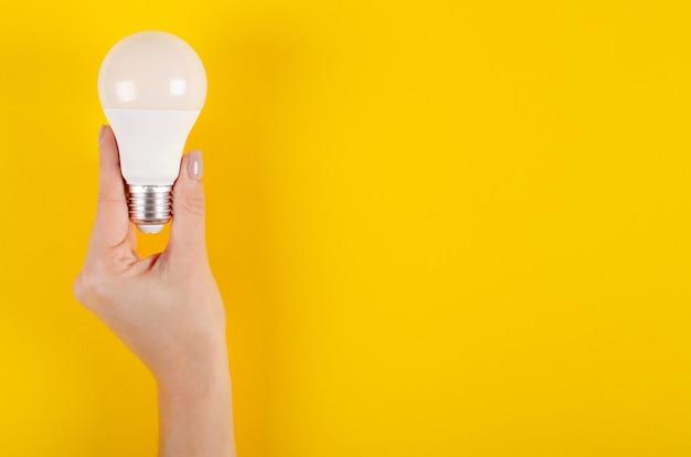 Led-glühlampezusammensetzung auf gelbem hintergrund.