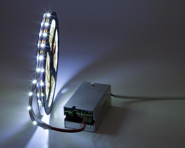 Led-leuchtstreifen an spannungswandler angeschlossen.