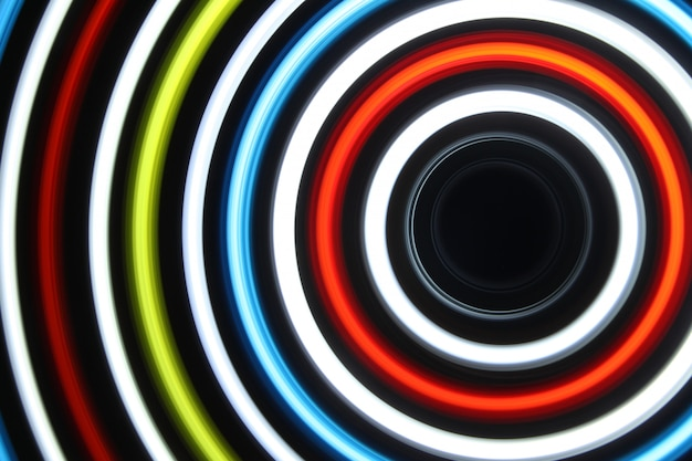 Led-licht bei langzeitbelichtung in der dunkelheit gedreht.
