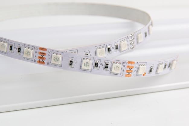 Led-streifen und led-lampe auf weißer nahaufnahme