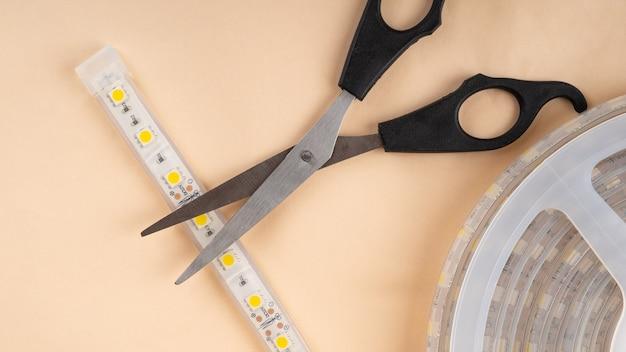 Led-streifen und schere zum installieren von dekorativem licht.