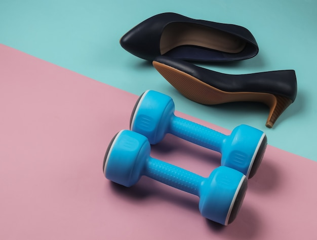 Leddys sport damen high heel schuhe mit hanteln auf pastell hintergrund fitness und mode