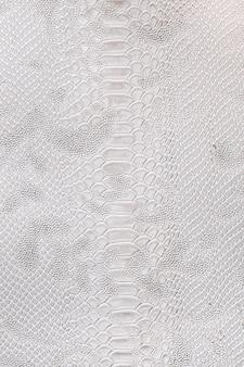 Leder mit krokodilstruktur. drachenhauthintergrund in silbernen farben.