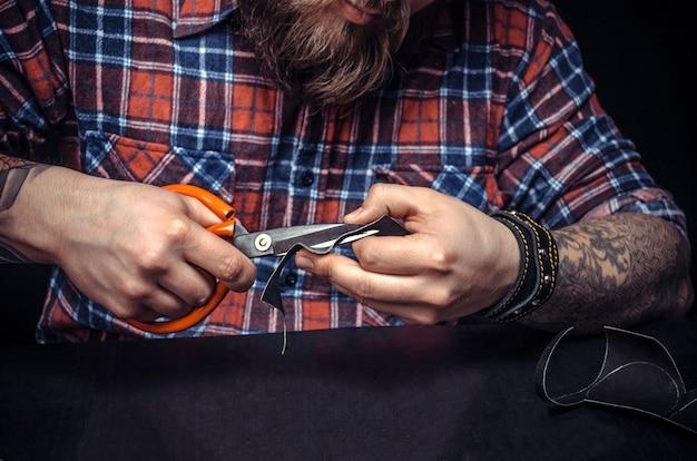 Leder skinner produziert lederwaren im studio