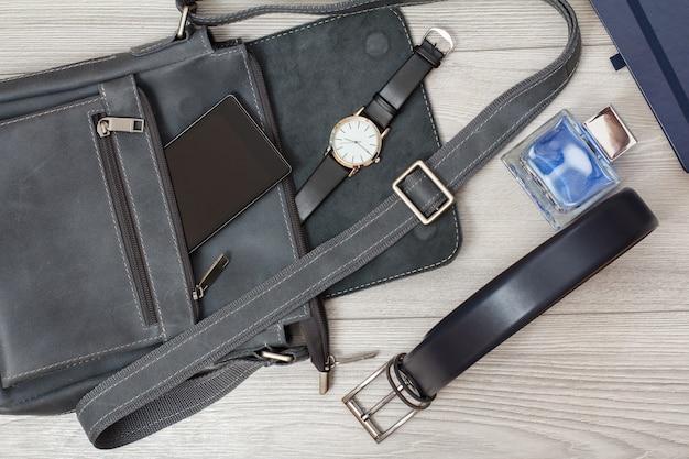 Leder umhängetasche für herren mit handy und armbanduhr dran herren köln notizbuch