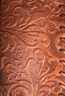 Lederblumenmuster tiefroter farbhintergrund