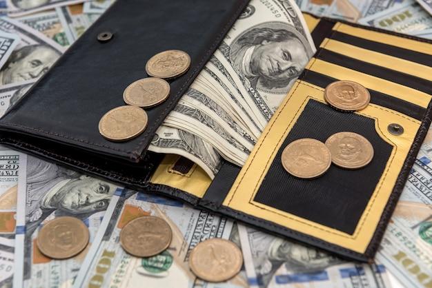 Ledergeldbörse mit us-dollar und cent auf weißem holzschreibtisch, finanzkonzept