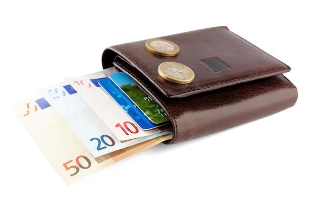 Lederne geldbörse mit den eurobanknoten, münzen und kreditkarte lokalisiert auf weiß