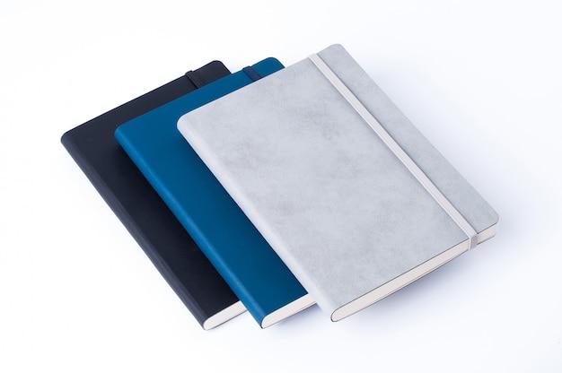 Lederne notizbücher getrennt auf weißem hintergrund