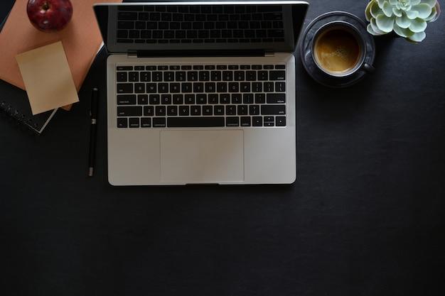 Lederner arbeitsplatz des büros mit laptop- und kopienraum