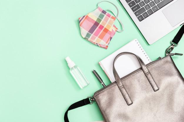 Lederrucksack mit schulmaterial und persönlicher schutzausrüstung, gesichtsmaske, händedesinfektionsmittel