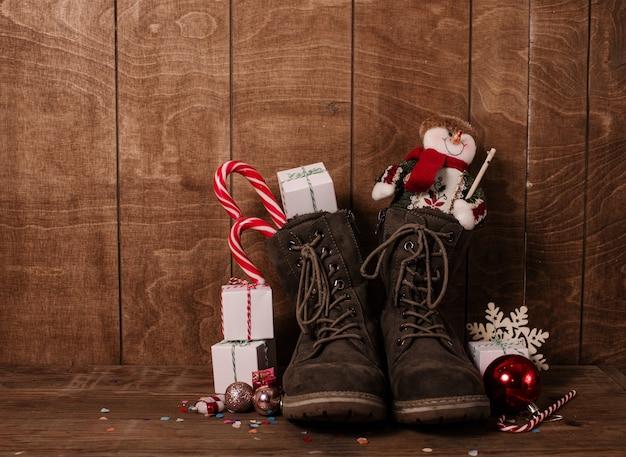 Lederstiefel mit weihnachtsleckereien und geschenken.