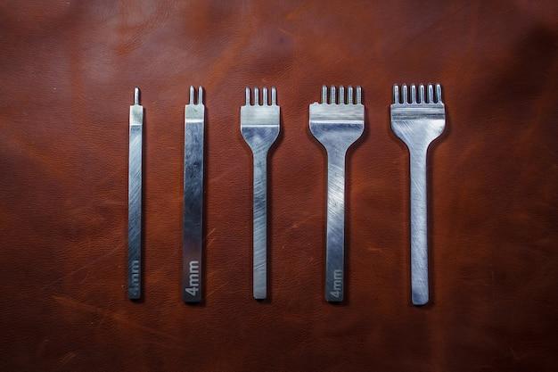 Lederverarbeitungswerkzeuge. reihe von lederwerkzeugen. eine reihe von schlägen für die haut.