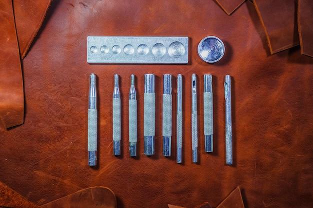 Lederverarbeitungswerkzeuge. reihe von lederwerkzeugen.