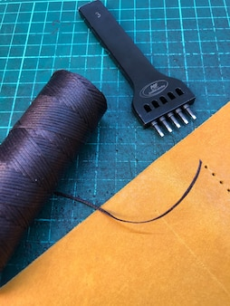 Lederwaren. werkstatt für die herstellung von bekleidung und accessoires.