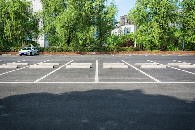 Leer parkplatz, parkweg im öffentlichen park