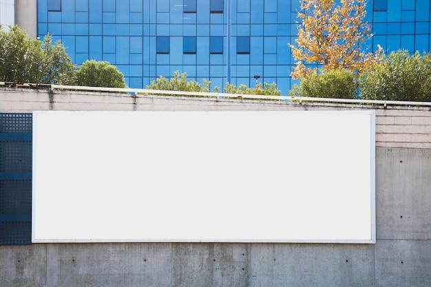 Leere anschlagtafel auf betonmauer für reklameanzeige