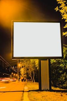 Leere anschlagtafel auf dem straßenrand der stadt nachts