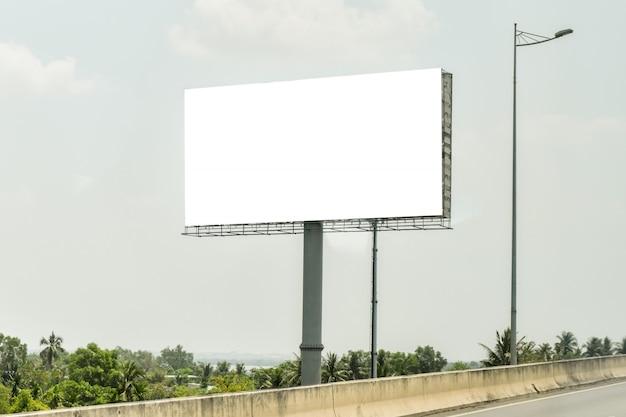Leere anschlagtafel auf hintergrund des blauen himmels für neue anzeige